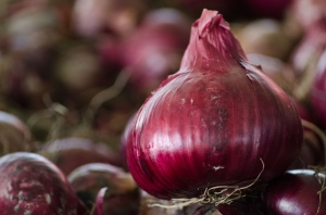Red Onions for sale at Bath County Agricultural Education and Marketing Center Lance Cheung / USDA / Flikr CC BY 2.0 https://creativecommons.org/licenses/by/2.0/